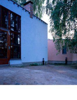 Iltavalo heijastuu seinien kalkkiväreistä. Talo Peltokangas