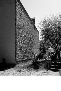 Palomuuri vanhoista tiilistä. Talo Peltokangas